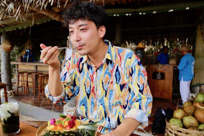 バリ島アヤナのクブビーチクラブのトロピカルフルーツを食べるカイリ