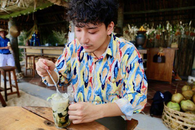 バリ島アヤナのクブビーチクラブのダルマンを食べるカイリ