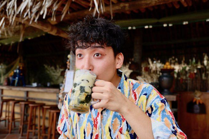 バリ島アヤナのクブビーチクラブのダルマンを飲むカイリ