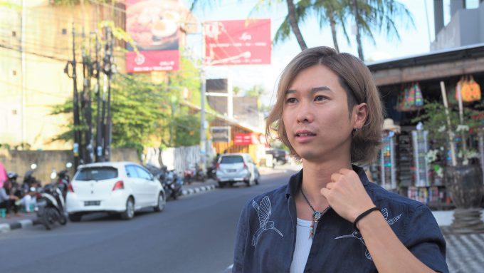バリ島の道で話すホリ