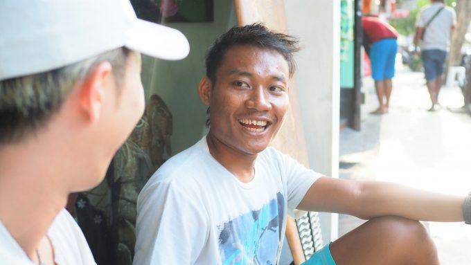 バリ島でインドネシア語を話すヤヤン