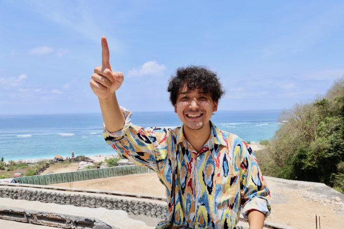 バリ島パンダワビーチでワンダフルインドネシアについて話すカイリ
