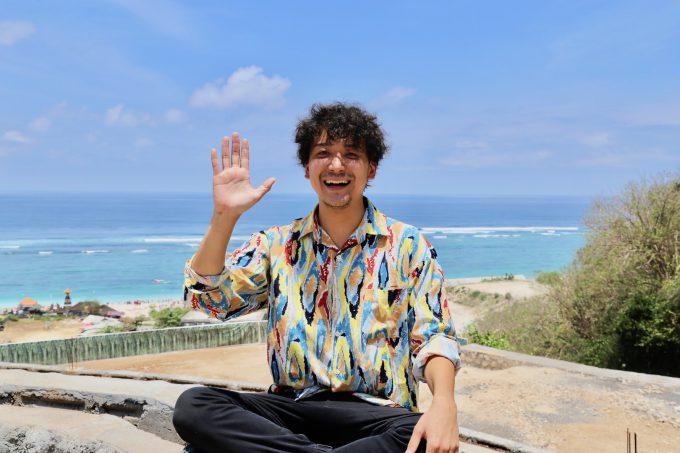 バリ島パンダワビーチで話すカイリ