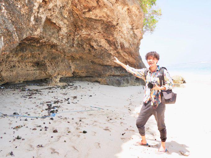 バリ島パンダワビーチを歩くカイリ