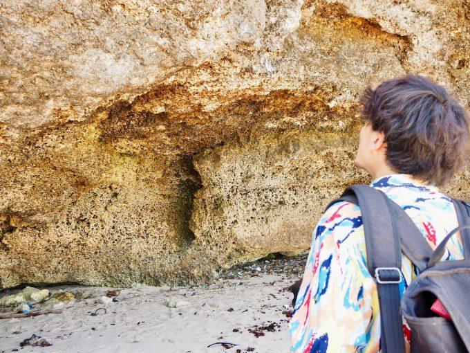 バリ島パンダワビーチの洞窟