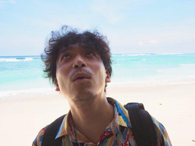 バリ島パンダワビーチの洞窟を見上げるカイリ