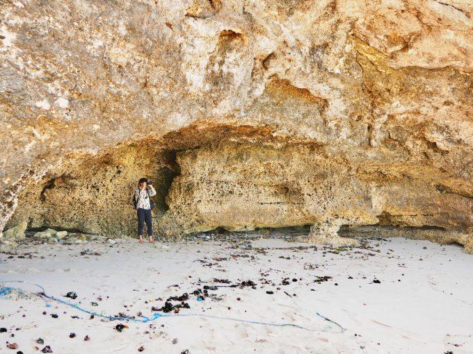 バリ島パンダワビーチで写真を撮るカイリ