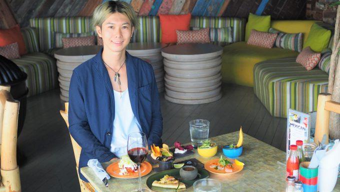 バリ島アヤナのユニークルーフトップバー&レストランで話すホリ