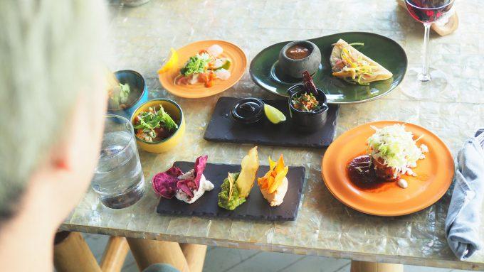 バリ島アヤナにあるユニークルーフトップバー&レストランの料理
