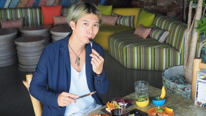 バリ島アヤナにあるユニークルーフトップバー&レストランの料理を食べるホリ