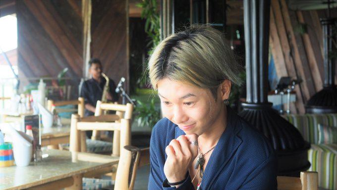 バリ島アヤナにあるユニークルーフトップバー&レストランの料理を眺めるホリ