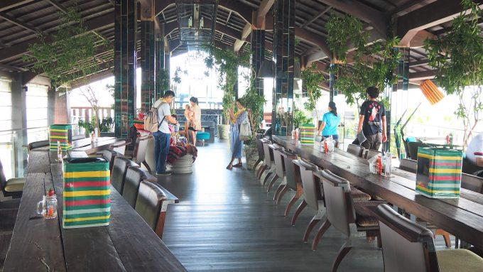 バリ島アヤナのユニークルーフトップバー&レストランの店内
