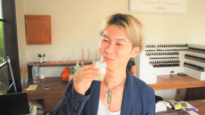 バリ島アヤナにあるL'atelier -Parfums&Creations-で話すホリ