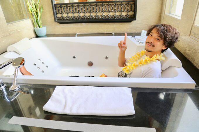 バリ島ザ・サマヤスミニャックで浴槽に入りながら話すカイリ