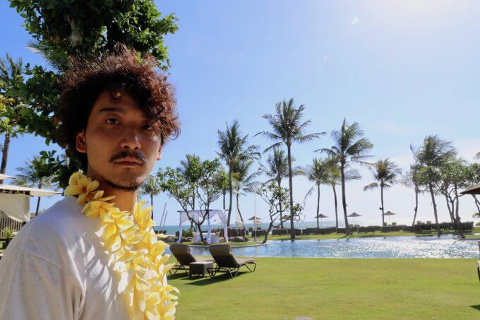 バリ島ザ・サマヤスミニャックのガーデンで話すカイリ