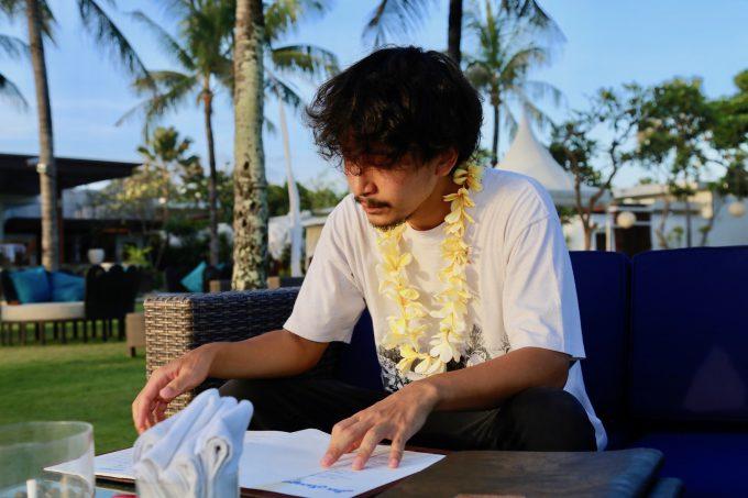 バリ島ザ・サマヤスミニャックのサンセットカクテルを選ぶカイリ