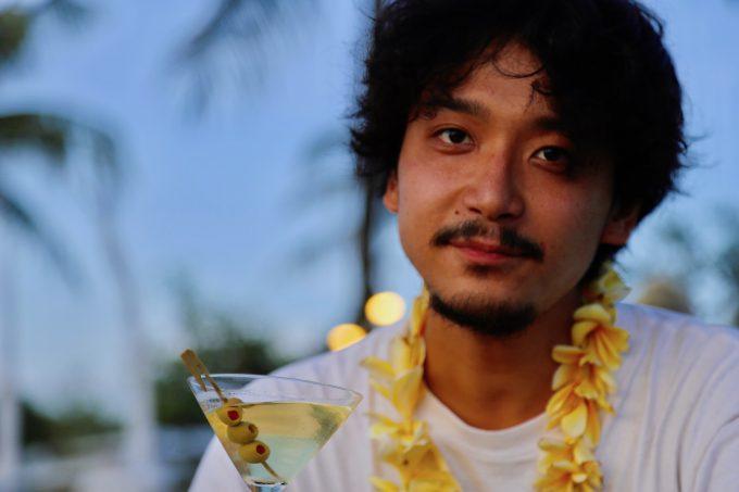 バリ島ザ・サマヤスミニャックのサンセットカクテルを飲むカイリ