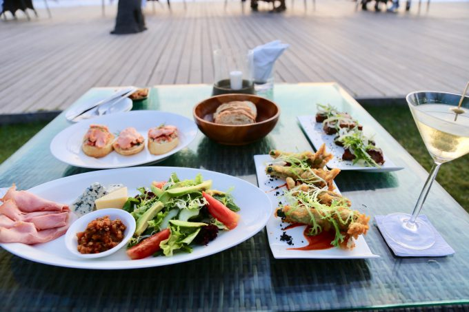 バリ島ザ・サマヤスミニャックのサンセットカクテルと料理