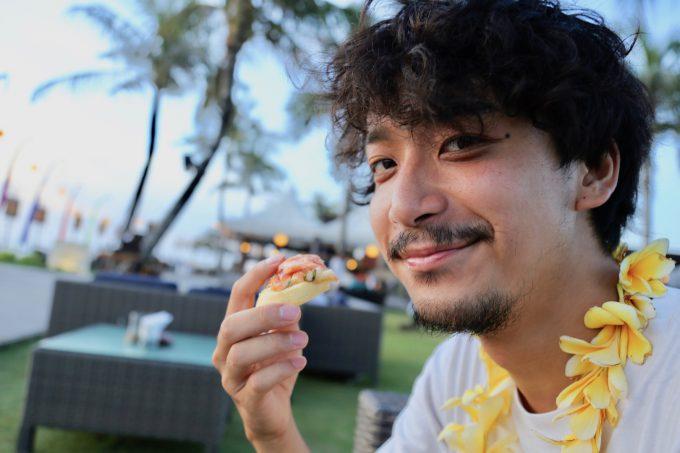 バリ島ザ・サマヤスミニャックの料理を食べるカイリ