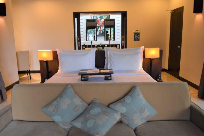 バリ島ザ・サマヤウブドのソファーとベッド