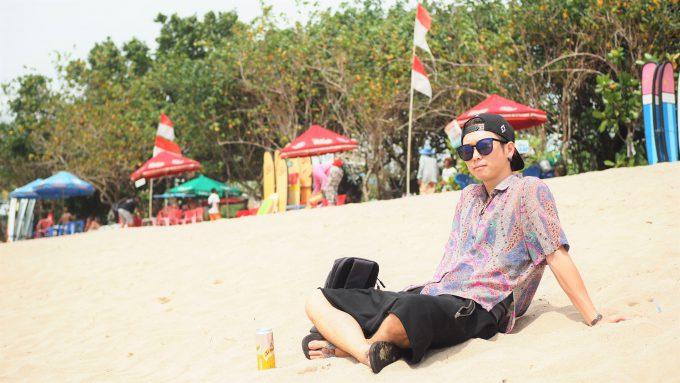 クタビーチに座りながら話すホリ