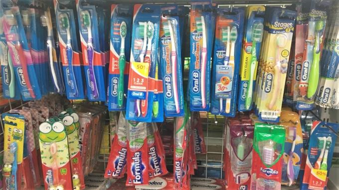 陳列されているでっかい歯ブラシ