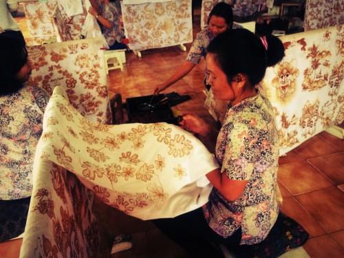 バティックを編む女性