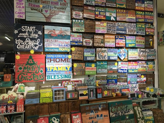 壁にかけられている木製のゆるい看板