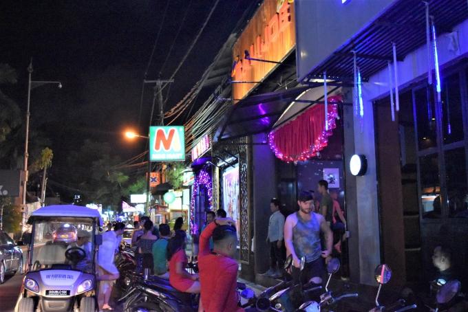 バリ島のスミニャックエリアのナイトクラブ