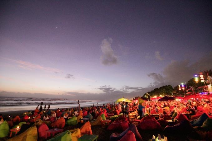 バリ島のスミニャックエリアにある有名カフェラプランチャと大勢の人