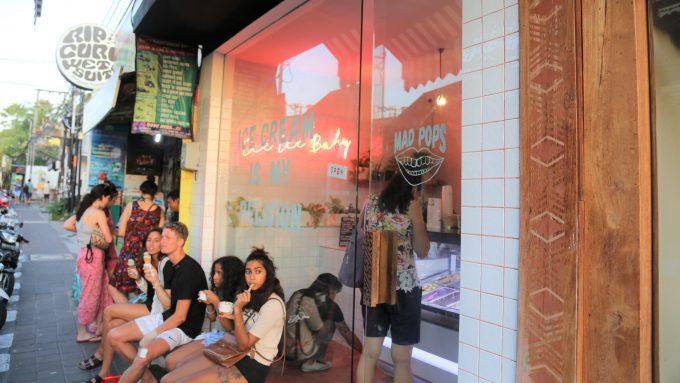バリ島のスミニャックエリアにあるジェラート店マッドポップスの外観
