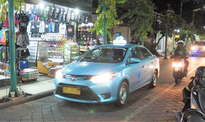 バリ島のスミニャックエリアを走るメータータクシー