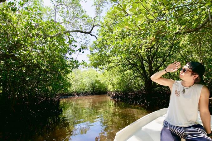 レンボンガン島でマングローブツアーをするホリ