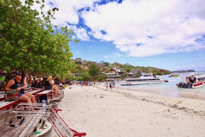 レンボンガン島のボートとビーチ