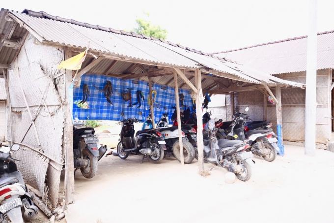 レンボンガン島のレンタルバイク置き場