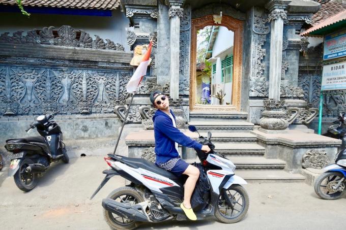 レンボンガン島でバイクに乗るホリ