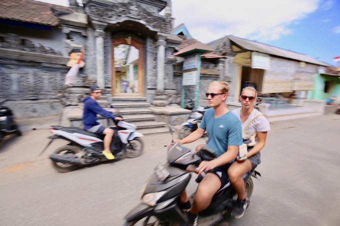 レンボンガン島でバイクを運転する観光客