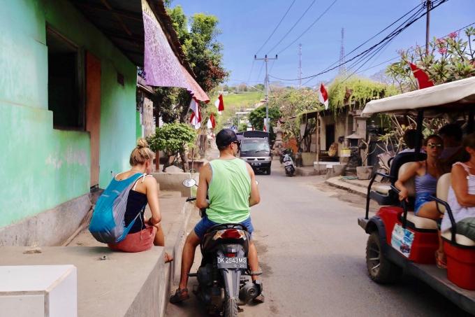 レンボンガン島でバイクをレンタルする観光客
