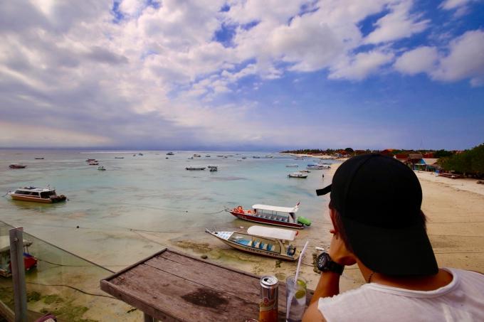 レンボンガン島のビーチ沿いのカフェでのんびりするホリ