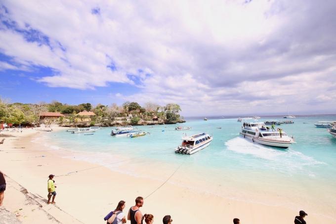 レンボンガン島のマッシュルームベイでボートを待つ人々