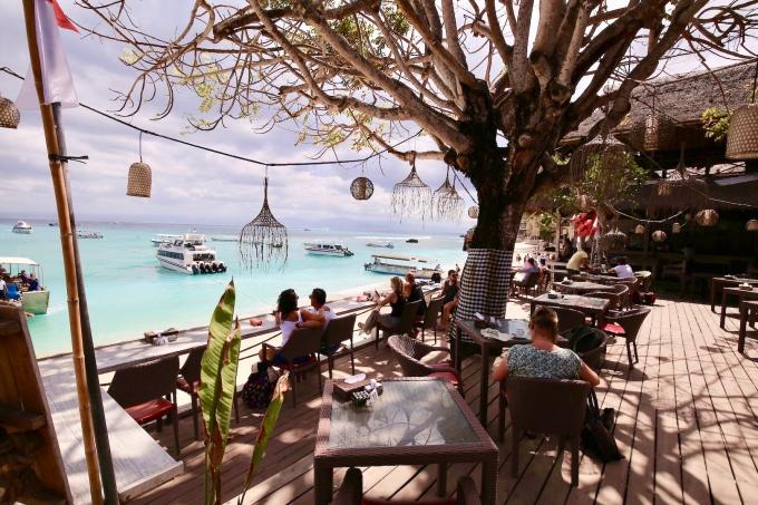 レンボンガン島のマッシュルームベイのカフェでゆっくりする人々