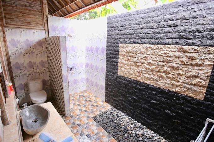 レンボンガン島のバンガロータイプの宿泊施設のシャワールーム