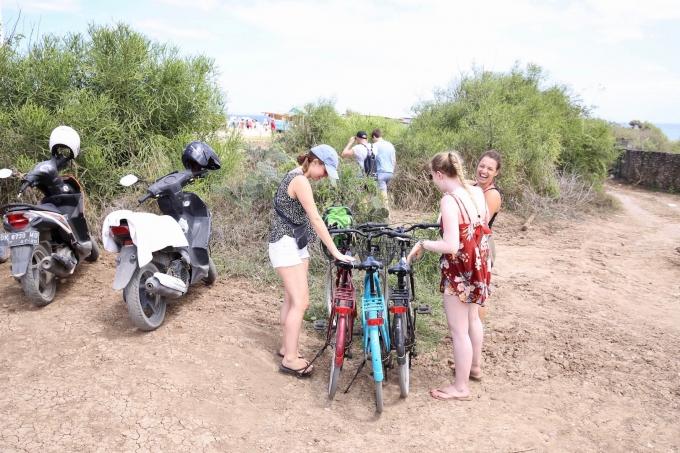 レンボンガン島で自転車に乗る観光客