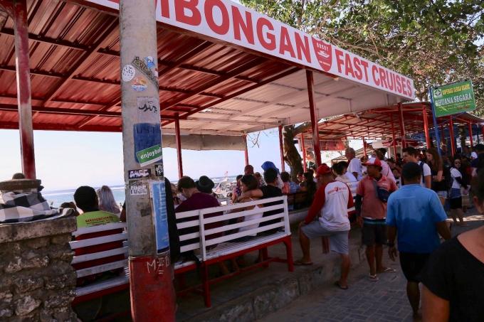 レンボンガン島へ行くボートを待つ人々