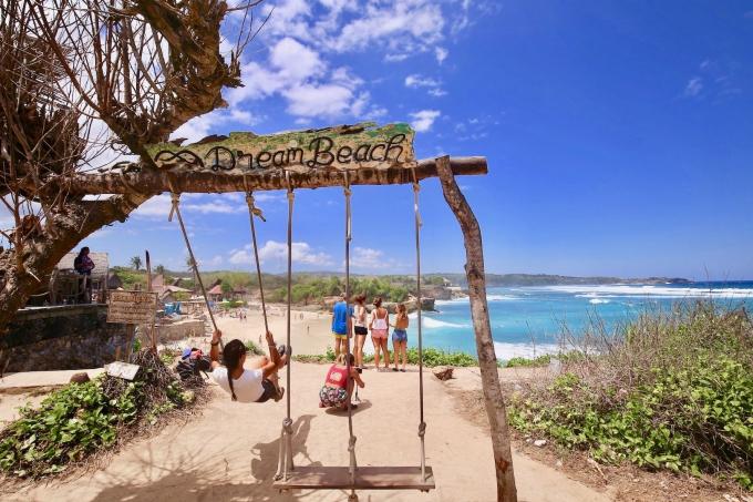 レンボンガン島のドリームビーチにあるブランコ