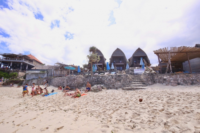 レンボンガン島のドリームビーチで過ごす人々