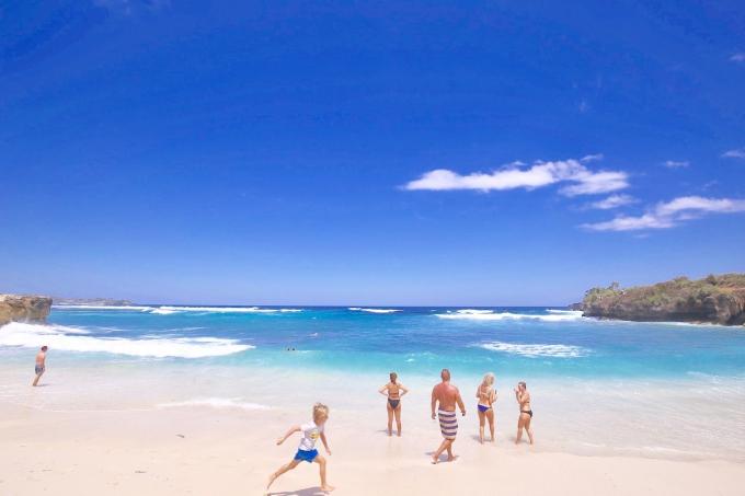 白い砂浜と青い海のドリームビーチと観光客
