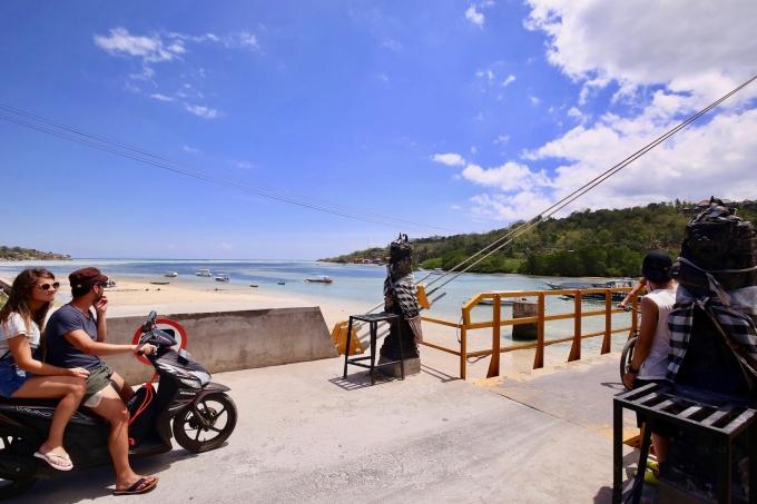 レンボンガン島のイエローブリッジとバイク