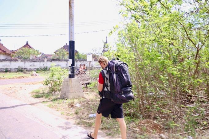レンボンガン島を徒歩で移動する観光客