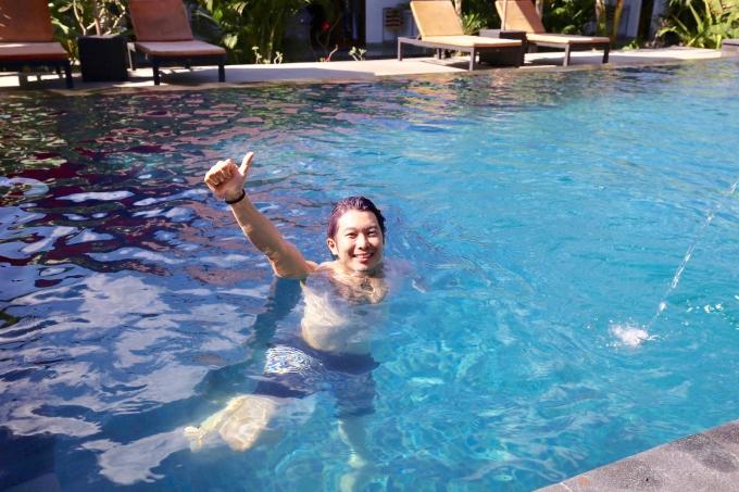 レンボンガン島のバンガロータイプの宿泊施設のプール